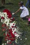 Meisje die bloem plaatsen bij Nationale de Begraafplaats Jaarlijkse Herdenkingsgebeurtenis van Los Angeles, 26 Mei, 2014, Califor Stock Foto