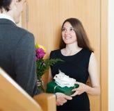 Meisje die bloemen en gift geven Stock Foto