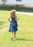 Meisje die blootvoets lopen royalty-vrije stock foto's