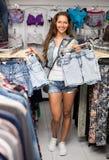 Meisje die borrels in kledingsopslag selecteren Royalty-vrije Stock Fotografie