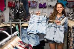 Meisje die borrels in kledingsopslag selecteren Royalty-vrije Stock Afbeeldingen