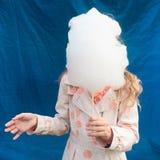 Meisje die candyfloss houden royalty-vrije stock afbeeldingen