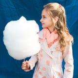 Meisje die candyfloss houden royalty-vrije stock fotografie