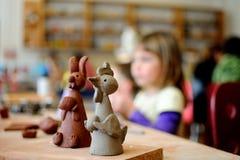 Meisje die ceramische Pasen decoratie maken Royalty-vrije Stock Foto's