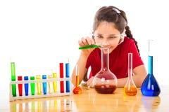 Meisje die chemische experimenten maken stock fotografie