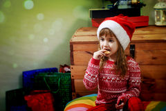 Meisje die Cristmas-koekjes eten Stock Afbeelding