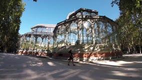 Meisje die Crystal Palace, het Park van Buen Retiro, Madrid, Spanje lopen stock video