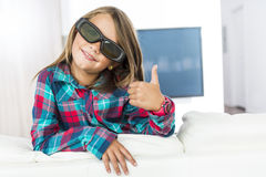 Meisje die 3D glazen dragen en op televisie letten Royalty-vrije Stock Foto's