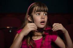 Meisje die 3D glazen dragen terwijl het letten van op film Royalty-vrije Stock Foto's