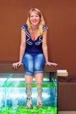 Meisje die de behandeling van de vissenpedicure, rufa garra spa procedure nemen Stock Afbeeldingen
