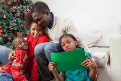 Meisje die de brief lezen die aan Kerstman schreef royalty-vrije stock foto