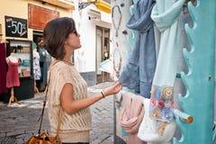 Meisje die in de buurt van Santacruz in Sevilla winkelen royalty-vrije stock fotografie
