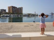 Meisje die de Haven van Malaga bekijken royalty-vrije stock foto's