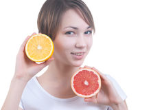 Meisje die de helft van citroen en grapefruit houden Stock Afbeelding