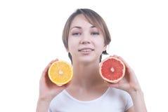 Meisje die de helft van citroen en grapefruit houden Stock Fotografie
