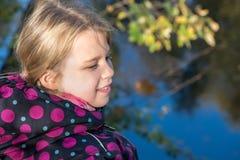 Meisje die de herfst het laatst van kleuren genieten Stock Afbeelding