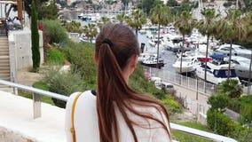 Meisje die de kleine haven bekijken stock footage