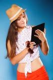 Meisje die de lezer van de tabletcomputer eBook met behulp van Royalty-vrije Stock Foto