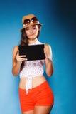 Meisje die de lezer van de tabletcomputer eBook met behulp van stock fotografie
