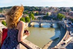 Meisje die de mening van Rome bewonderen Stock Fotografie
