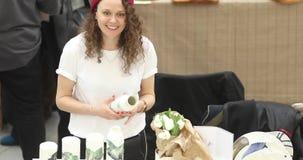 Meisje die de met de hand gemaakte teller van de keramiekmarkt verkopen stock footage