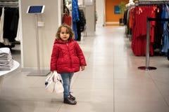 Meisje die in de Opslag voor Verkoop kijken stock foto
