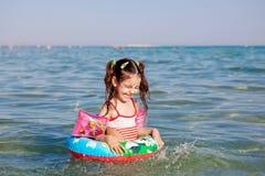 Meisje die in de overzeese boei zwemmen Royalty-vrije Stock Foto's