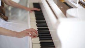 Meisje die de piano spelen stock videobeelden