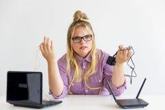 Meisje die de router bevestigen Stock Afbeeldingen