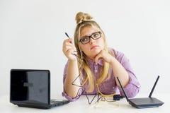 Meisje die de router bevestigen Royalty-vrije Stock Afbeeldingen