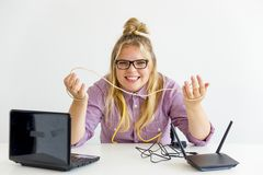 Meisje die de router bevestigen Royalty-vrije Stock Fotografie