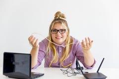 Meisje die de router bevestigen Royalty-vrije Stock Foto's