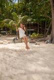 Meisje die de schommeling op strand spelen Stock Foto