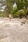 Meisje die de schommeling op strand spelen Stock Foto's
