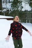 Meisje die in de sneeuw lachen Stock Afbeeldingen