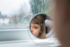 Meisje die de spiegel onderzoeken Stock Foto's