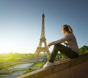 Meisje die de toren van Eiffel in zonsopgangtijd bekijken Stock Foto