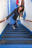 Meisje die de treden van een veerboot beklimmen Stock Foto