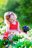 Meisje die in de tuin werken Stock Fotografie