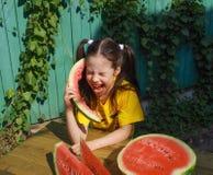 Meisje die in de watermeloen als in de telefoon gillen Royalty-vrije Stock Foto's