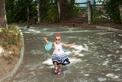 Meisje die de weg reduceren Royalty-vrije Stock Fotografie