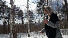 Meisje die in de winterbos lopen stock footage