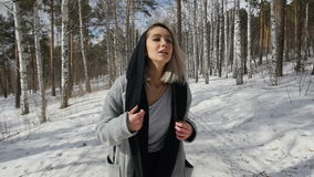 Meisje die in de winterbos lopen stock video