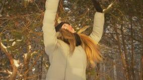 Meisje die in de winterbos springen stock footage