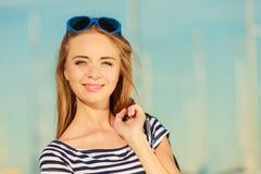 Meisje die de zomer van wind openlucht in jachthaven genieten Stock Afbeeldingen