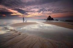 Meisje die de zonsondergang in het strand bewonderen Royalty-vrije Stock Fotografie
