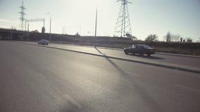 Meisje die dichtbij de Auto voor de Achtergrond van de Plattelandsbrug roken stock footage