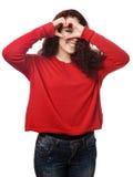 Meisje die door de handteken van de hartvorm gluren Royalty-vrije Stock Foto's