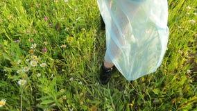 Meisje die door een weide en lijnen door wildflowers lopen stock videobeelden