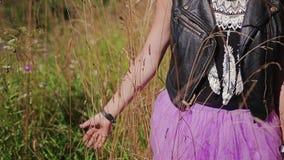 Meisje die door het hoge droge gras lopen, die bij haar hand duwen Mooi cinematic kader stock videobeelden